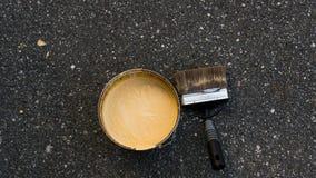 在桶的黄色油漆 免版税库存照片