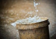 在桶的水雨 免版税库存照片
