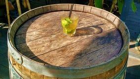 在桶的Mojito在日落 免版税库存照片