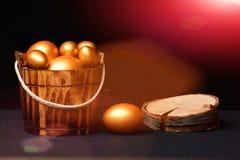 在桶里面的金黄颜色绘的传统鸡蛋 图库摄影