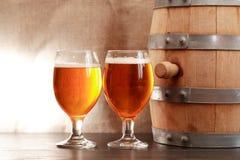 在桶附近的啤酒 免版税库存照片