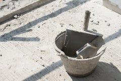 在桶,设备的塑料修平刀用于建筑大厦 库存照片