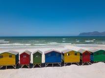 在梅曾贝赫海滩的五颜六色的木海滩小屋 免版税图库摄影