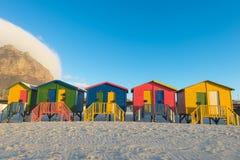 在梅曾贝赫的五颜六色的海滩小屋在开普敦,南非附近靠岸 免版税图库摄影