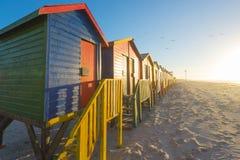 在梅曾贝赫的五颜六色的海滩小屋在开普敦,南非附近靠岸 免版税库存图片