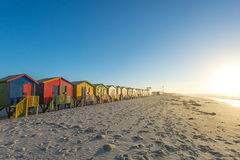 在梅曾贝赫的五颜六色的海滩小屋在开普敦,南非附近靠岸 库存照片