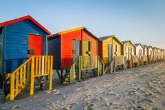 在梅曾贝赫的五颜六色的海滩小屋在开普敦,南非附近靠岸 库存图片