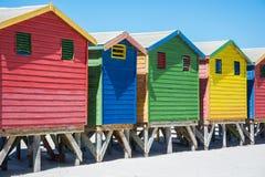在梅曾贝赫,开普敦的五颜六色的海滩小屋 免版税库存照片