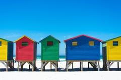 在梅曾贝赫,开普敦的五颜六色的海滩小屋 免版税库存图片