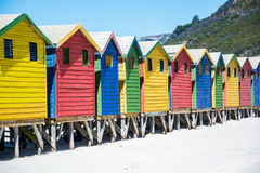 在梅曾贝赫,开普敦的五颜六色的海滩小屋 库存照片