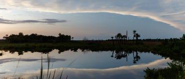 在梅里特岛全国野生生物保护区,佛罗里达的日落 免版税库存图片