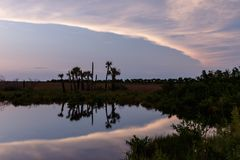 在梅里特岛全国野生生物保护区,佛罗里达的日落 库存图片