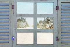 在梦想的冬天雪背景前面的窗口基石 免版税库存照片