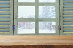 在梦想的冬天风景前面的老窗口基石 库存照片
