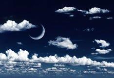 在梦想的夜空和云彩的新月形月亮 免版税库存照片