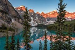 在梦莲湖的日落加拿大人的罗基斯 免版税库存照片