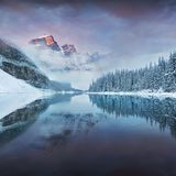 在梦莲湖的第一个雪早晨在班夫国家公园阿尔伯塔加拿大 冬天大气的积雪的冬天山湖 免版税库存图片