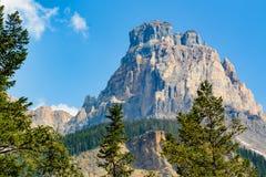 在梦莲湖附近的一座山十个峰顶-班夫国家公园-加拿大的谷的 免版税图库摄影