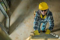 在梯子的承包商 库存图片
