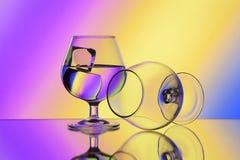在梯度背景的两wineglases 免版税图库摄影