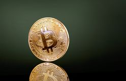 在梯度黑绿的背景的Cryptocurrency与反射 库存照片