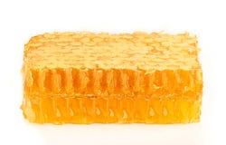 在梳子特写镜头的蜂蜜。 库存照片