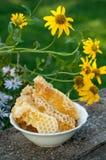 在梳子的自然蜂蜜 库存图片