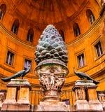 在梵蒂冈博物馆的Cortile德拉Pigna,罗马的古色古香的杉木锥体 免版税库存图片