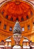 在梵蒂冈博物馆的Cortile德拉Pigna,罗马的古色古香的杉木锥体 库存图片