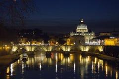 在梵蒂冈大教堂、台伯河河和桥梁的夜视图 库存照片