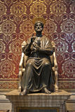 在梵蒂冈大教堂的圣皮特雕象  免版税库存图片