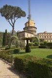 在梵蒂冈庭院的梵蒂冈广播电台大厦2010年9月20日在梵蒂冈,罗马,意大利 库存照片