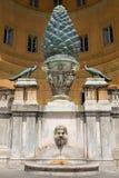 在梵蒂冈的古老罗马Pigna或Pinecone雕象 免版税库存图片