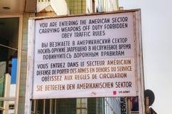 在检查站查理的历史标志在柏林 免版税库存照片