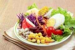 在棉布的新鲜蔬菜沙拉 免版税库存图片