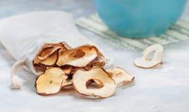在棉花袋子的干苹果切片 库存图片