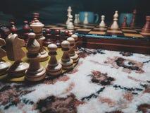 在棋枰的木棋子有模糊的照片的 免版税库存照片
