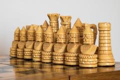 在棋枰的木白色棋 免版税库存照片