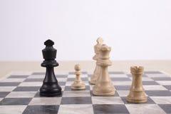 在棋枰的混杂的黑白木chesspieces 库存图片