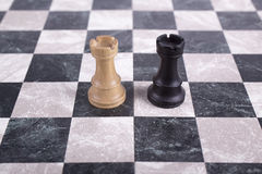 在棋枰的黑白木白嘴鸦 库存照片