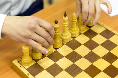 在棋枰,特写镜头的黑白棋子 董事会演奏集的棋形象 免版税库存照片