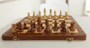 在棋盘的传统棋子 库存图片