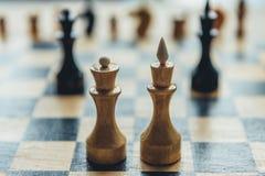 在棋盘的白色棋国王和女王/王后形象 免版税库存图片