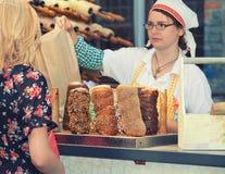在棍子烘烤的匈牙利全国烟囱蛋糕 库存图片