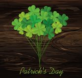 在棍子的三叶草花束 贺卡在圣Patricks天 库存照片