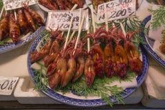 在棍子的乌贼在日本市场上 免版税图库摄影