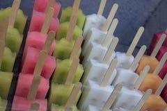 在棍子的五颜六色的冰淇凌 免版税库存图片