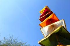 在棍子的印地安nationa tricolors布料 免版税库存照片