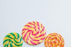 在棍子的大美味的棒棒糖 在白色的甜焦糖糖果 警察 免版税图库摄影