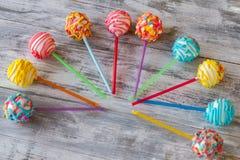 在棍子的明亮色糖果 库存图片